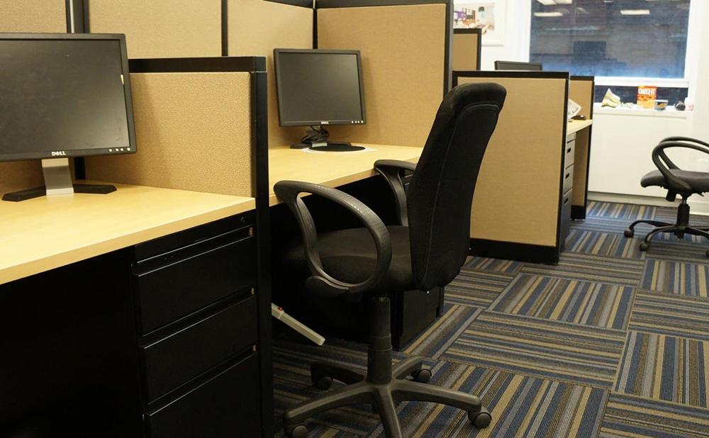 オフィス家具の写真(チェア、デスク等)